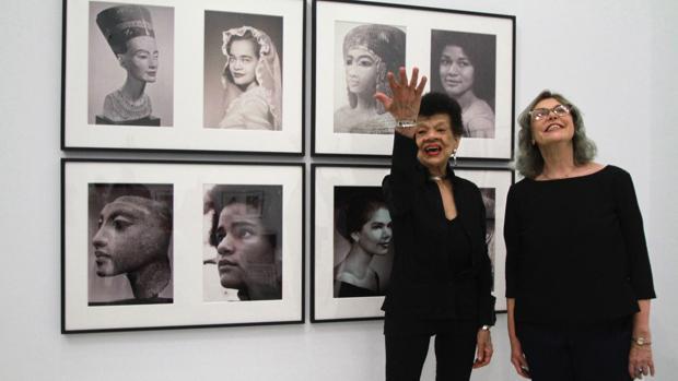 Lorraine O'Brady y Berta Sichel en la exposición del CAAC