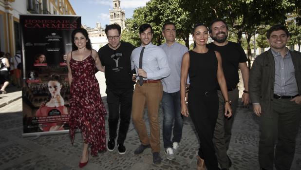 Axelrod junto a los principales intérpretes de «Carmen»