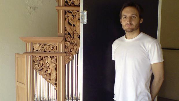 Abraham Martínez junto al órgano construido según los cánones del Barroco