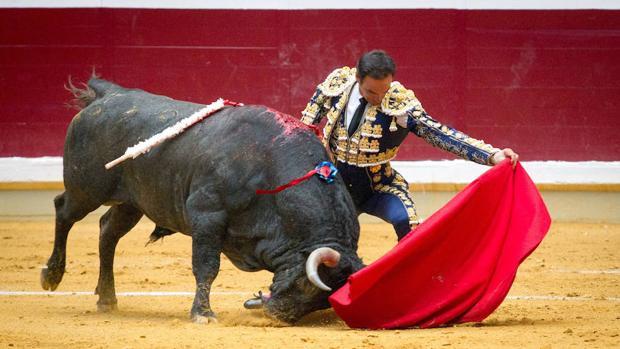 El diestro Manuel Jesús «El Cid» con su primer toro, al que cortó dos orejas