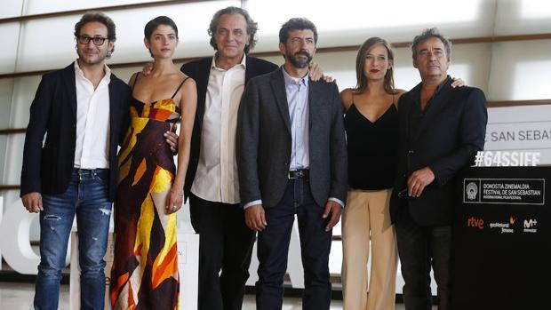El director Alberto Rodríguez con Eduard Fernández,, Marta Etura , José Coronado,, Carlos Santos y Alba Galocha