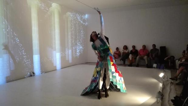 Rubén Olmo con el espectacular vestuario de «Arquitectura de luz y sombras»