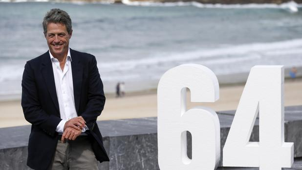 Hugh Grant, junto al cartel de la 64 edición del Festival de San Sebastián