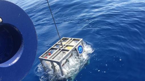 El ROV Liropus 2000 sale del agua el pasado 11 de septiembre, cuando el mar de fondo impidió realizar la misión