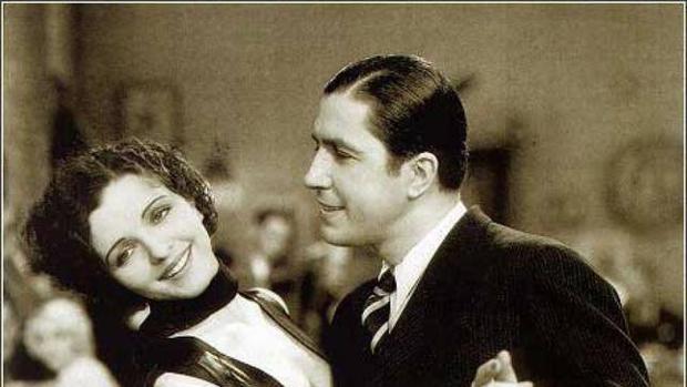 Carlos Gardel con Mona Maris en el filme «Cuesta abajo» (1934)
