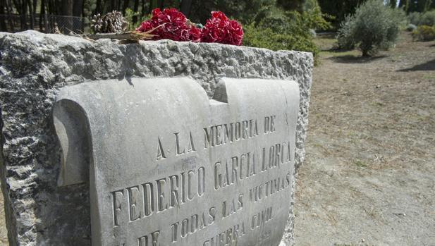 Monolito en memoria a Federico Garcia Lorca, en el paraje de Fuente Grande de Alfacar (Granada)