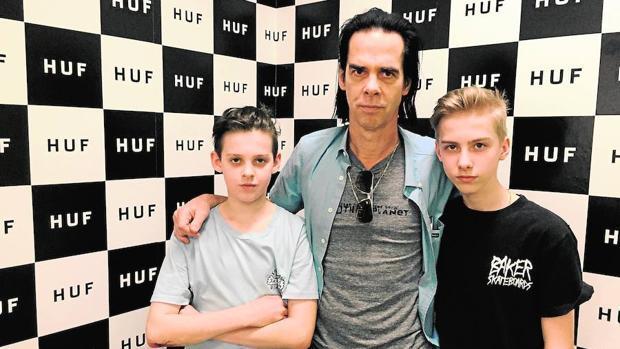 Nick Cave, junto a sus dos hijos menores, los gemelos Earl y (a la derecha) Arthur, fallecido el año pasado