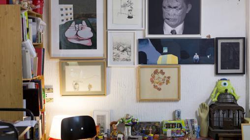 Detalle del área de descanso del estudio, donde cuelgan algunas de las obras de la coección