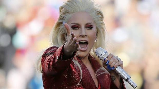 Lady Gaga interpretando el himno americano antes de la Super Bowl 2016