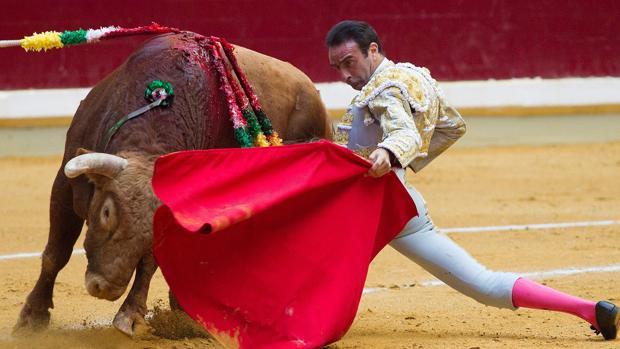 Enrique Ponce se doblacon el toro en la poncina