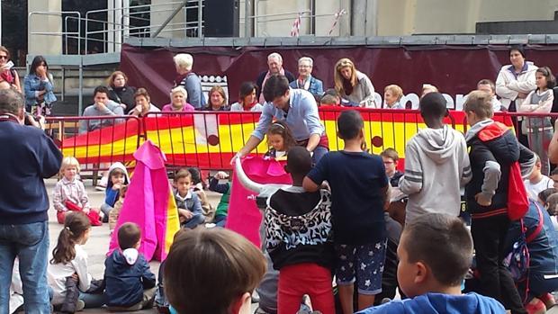 José Garrido juega al toro con los niños en el Paseo del Espolón