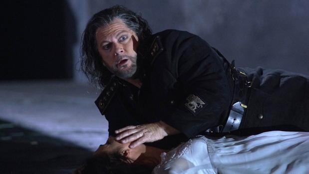 Gregory Kunde (Otello) y Ermonela Jaho (Desdémona), en la escena final de la ópera