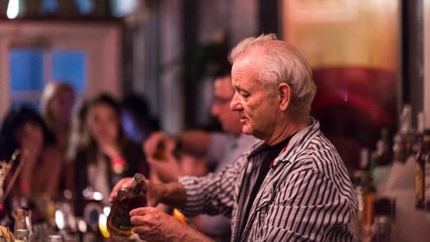 Bill Murray sirviendo en el bar de su hijo Homer, en el barrio de Brooklyn