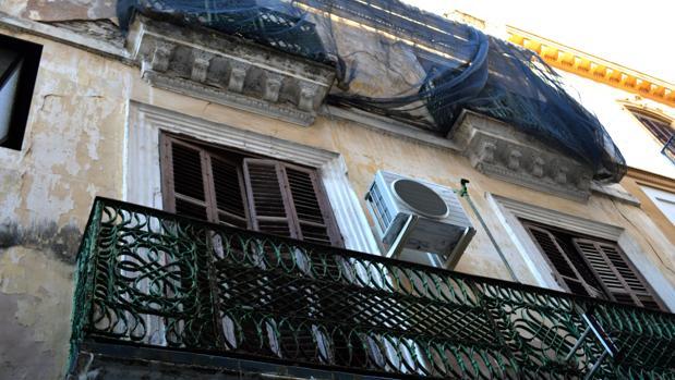 Los balcones de la casa, ubicada en la sevillana calle Acetres, están protegidos con redes para prevenir posibles desprendimientos de cascotes