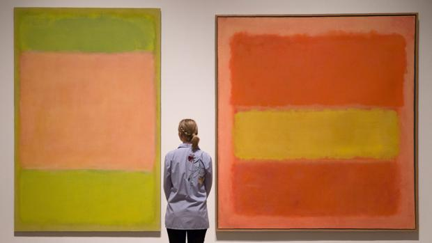 Una joven admira dos pinturas de Rothko en la Royal Academy de Londres
