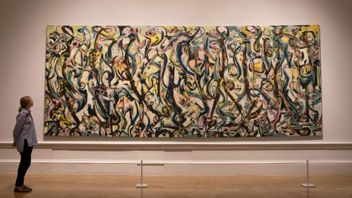 Una joven admira el célebre mural que Pollock pintó para el apartamento neoyorquino de Peggy Guggenheim