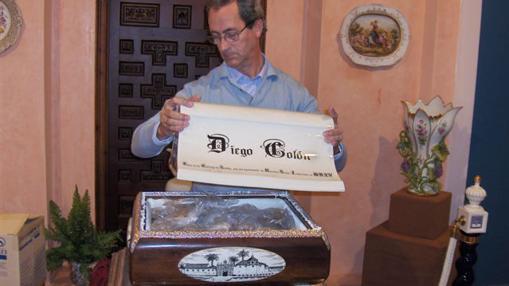 Ramón Ballesta cierra la urna con los restos de Diego Colón