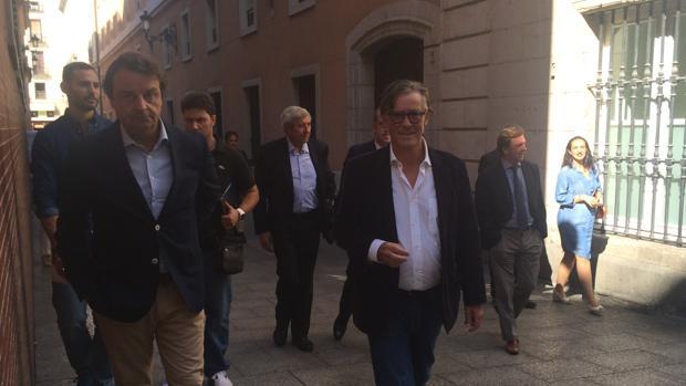 Simón Casas y Rafael García (Nautalia) llegan a la sede de la CAM, detrás, Santiago López y Curro Vázquez