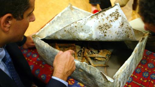 José Antonio Lorente examina los restos tras su exhumación en 2002