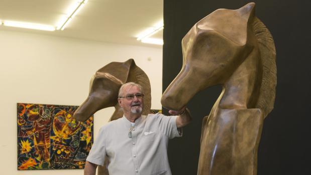"""El príncipe Henrik de Dinamarca junto a una de sus obras que forma parte de la exposición """"Rencontre fabuleuse"""","""