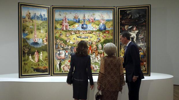 Los Reyes y la princesa Beatriz de Holanda, contemplan «El jardín de las delicias», tríptico de El Bosco