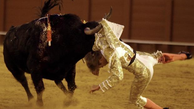 Javier Jiménez sufrió una fea cogida en el sexto toro, un sobrero del Tajo