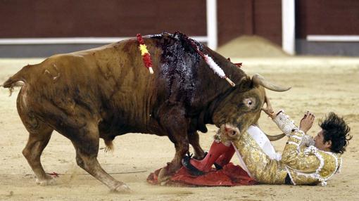 Lamelas, a merced del toro en una espeluznante imagen