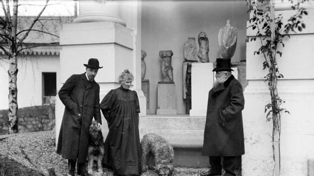 Rilke (a la izquierda) con el matrimonio Rodin en 1905