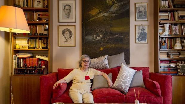Victoria Rodríguez en el salón de su casa de Madrid