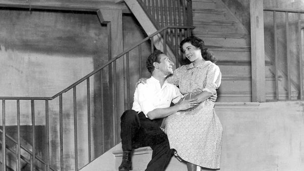 Gabriel Llopart y Elena Salvador en el primer montaje de «Historia de una escalera», dirigido por Cayetano Luca de Tena