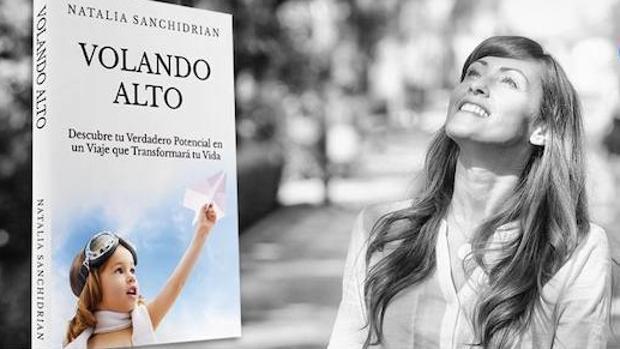 Natalia Sanchidrián con el libro «Volando Alto»