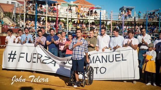 El banderillero José Manuel Soto, recibiendo el homenaje de su pueblo, La Algaba