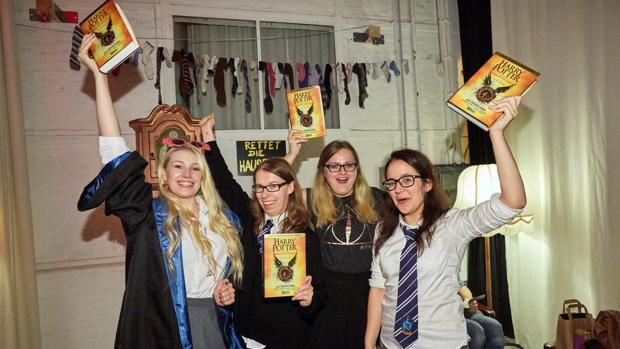 Un grupo de fans de Harry Potter muestran sus ejemplares del octavo título de la saga