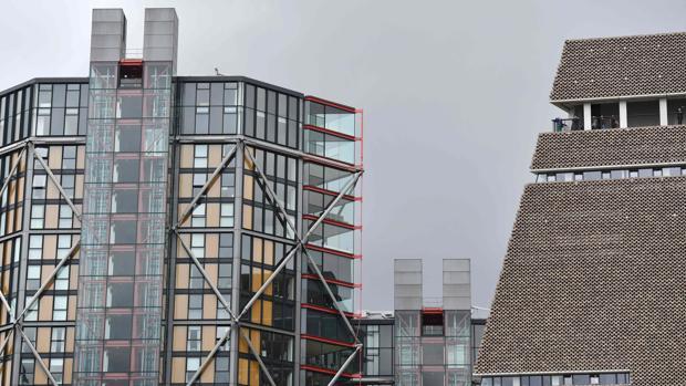 El balcón de la Tate Modern (a la derecha) se sitúa a pocos metros de la fachada de un edificio de apartamentos