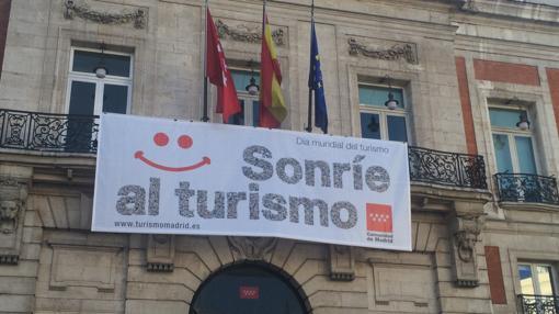Pancarta en la Puerta del sol en el día mundial del turismo