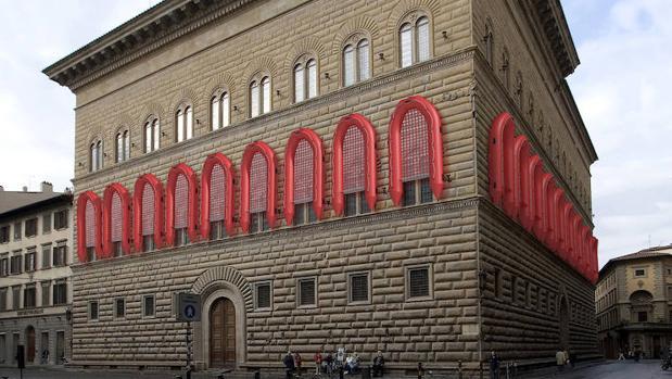 La fachada del Strozzi, decorada con las lanchas que las autoridades italianas usan para rescatar refugiados