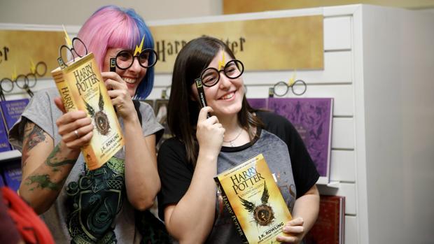 Los fans de la saga aguardaron hasta la medianoche para conseguir el nuevo libro «Harry Potter y e legado maldito»