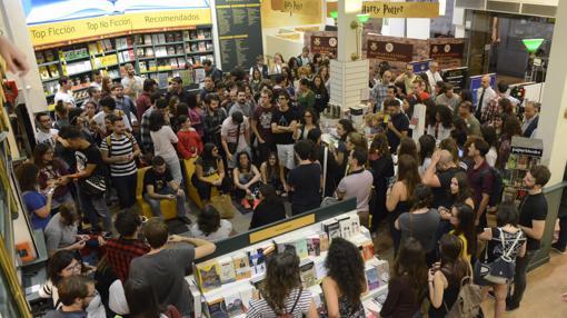 Los fans de la saga se agolparon para conseguir el nuevo libro