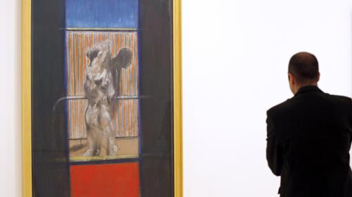 Un visitante admira «Pintura», de Francis Bacon