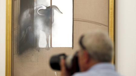 Un fotógrafo retratando «Estudio de un toro», la última obra de Bacon