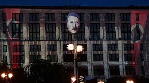 El rostro de Hitler, junto con las banderas del Tercer Reich en el «Mall of Berlin»