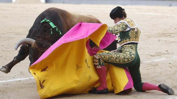 Román saluda rodilla en tierra al tercer toro de la tarde