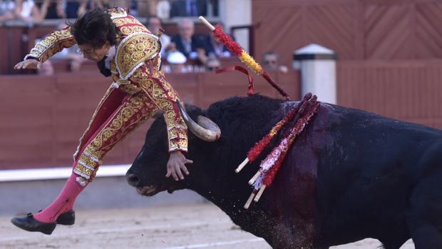 Curro Díaz, por los aires tras una horrible cogida