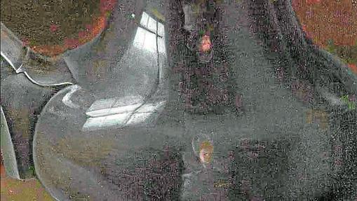 Autorretrato doble de Clara Peeters en el reflejo de una copa que aparece en su obra «Mesa»