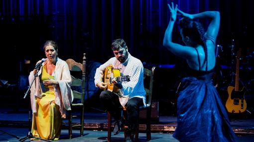 Rocío Molina bailando con Lole Montoya al cante y José Acedo al toque