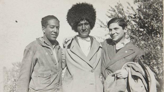 Arthur Koestler (a la derecha) y el escritor Langston Hughes (a la izquierda) en una granja colectiva soviética en 1932