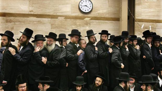 «Aquí estoy» refleja las distintas formas de vivir el judaísmo. En la imagen, funeral en la sinagoga Yetev Lev D'Satmar (Nueva York)