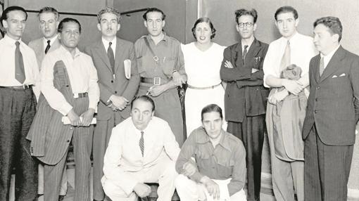 Algunos de los asistentes al congreso de Valencia (a la izquierda, Vallejo y Guillén, en cuclillas Pablo Neruda)