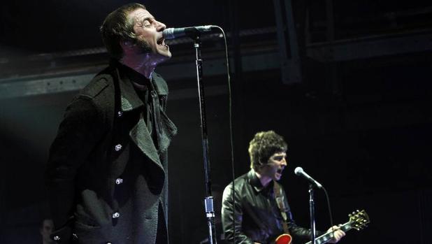 Liam y Noel Gallagher en un concierto de Oasis