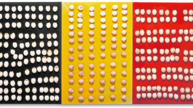 «Sin título (tríptico)» (1965-1966), la obra de Broodthaers que adorna estos días la fachada del Reina Sofía